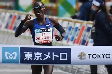 Lonah Chemtai Salpeter wins the Tokyo Marathon (AFP / Getty Images)