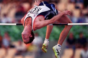 Steve Smith in action during the high jump qualification (© Allsport)