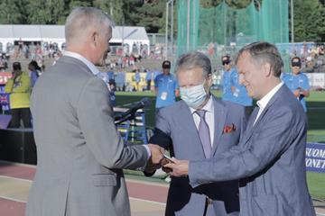 Organisers of the Paavo Nurmi Games are presented with their Heritage Plaque ()