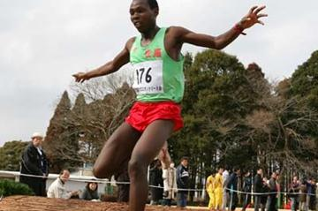 Muchiri Karoki en route to his run away victory at the Chiba Cross Country (Kazutaka Eguchi/Agence SHOT)
