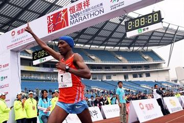Samuel Mugo wins the 2009 Beijing International Marathon (c)