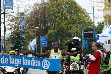 Geoffrey Mutai improves to 2:07:01 in Eindhoven (Nico Delmeire / Delmeire Images)