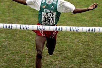 Hailu Mekonnen wins the World Junior title in 1999 (Getty Images)