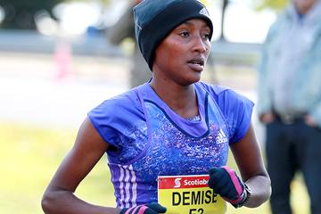 Shure Demise on her way to winning the Toronto Waterfront Marathon (Organisers / Victah Sailer)
