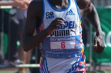 Paul Kimugul en route to his 1:00:49 win at the Stramilano (Lorenzo Sanpaolo)