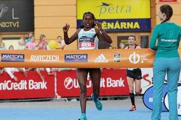 Ashete Bekere winning at the Ceske Budejovice Half Marathon (RunCzech)