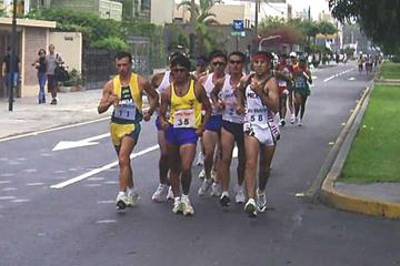 Rolando Saquipay ECU - bib number 35 - heads the pack at the 2005 Pan-Am Race Walking Cup (Federación Peruana de Atletismo)