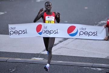 Vivian Cheruiyot collecting San Juan 10K victory No. 3 (Organisers)