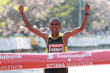 Yemane Tsegay wins the 2014 Ottawa Marathon (organisers / Victah Sailor)