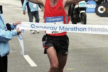 Julio Rey wins the 2006 Conergy Marathon Hamburg (Bongarts / Getty Images)