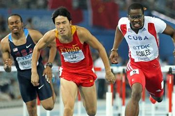 Liu Xiang (L) of China and Dayron Robles of Cuba fighting for the first place during the men's 110 metres hurdles final (Getty Images)