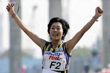 Mizuki Noguchi wins at the 2005 Berlin Marathon (Getty Images / Bongarts)