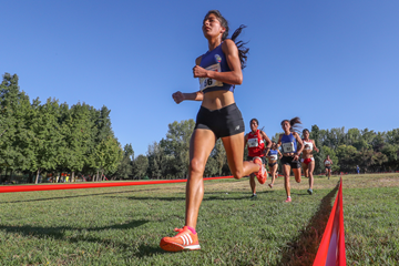 Carmen Toaquinza lead the the senior women's race at the South American Cross Country Championships (Oscar Munoz Badilla)