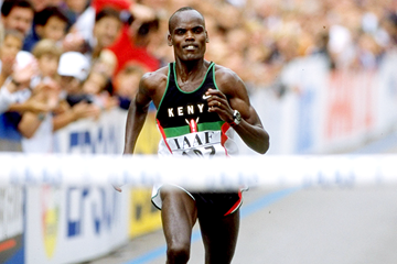 Paul Koech on his way to winning the 1998 IAAF World Half Marathon Championships (Getty Images)