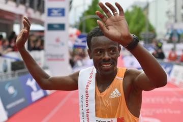 Shumi Dechasa after winning the 2014 Hamburg Marathon (Getty Images)