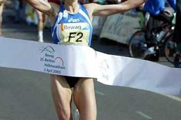 Luminita Zaituc (Germany) wins the 2005 Bewag Berlin Marathon (Camera4)