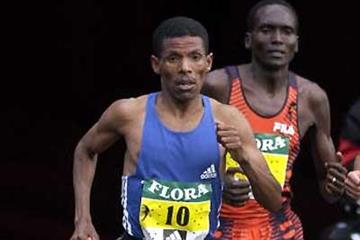 Haile Gebrselassie in London Marathon 2002, with arch rival Paul Tergat at his shoulder (Getty Images)