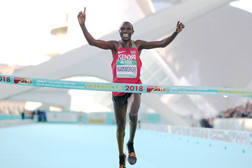 Geoffrey Kamworor takes his third world half marathon title in Valencia (Jean-Pierre Durand)