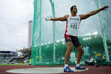 Lars Riedel of Germany qualifies for the final of the Discus Throw (Getty Images)