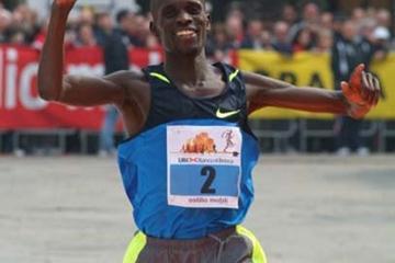 James Cheboi from Kenya wins the 2009 Brescia Art Marathon (Lorenzo Sampaolo)