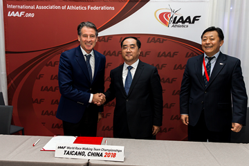 IAAF President Sebastian Coe with the delegation from Taicang (Philippe Fitte / IAAF)