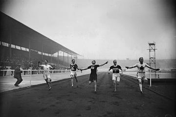 Robert Kerr of Canada (right) wins the 100 yards at the 1908 British Amateur Athletic Association (AAA) Championships in London, with Reginald Walker of South Africa (centre) finishing second. (Getty Images)