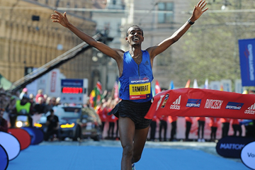 Tamirat Tola wins the Prague Half Marathon (Organisers / Jiro Mochizuki)