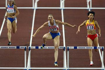 Yuliya Pechonkina of Russia on her way to victory in her 400m Hurdles semi final in Osaka 2007 (Getty Images)