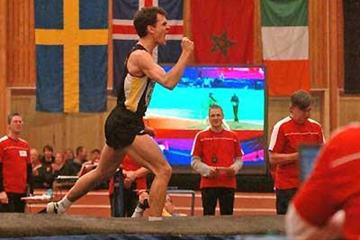 Stefan Holm acknowledges his jumping success at the Swedish Indoor Championships (Hasse Sjögren)