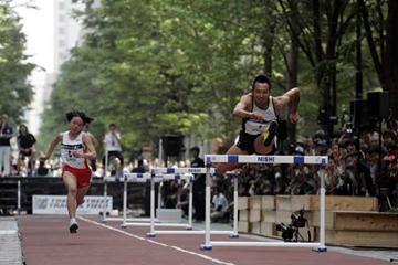 Dai Tamesue demonstrates the hurdles on the streets of Tokyo (Keisuke Koito / KISHIMOTO)