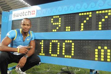 Asafa Powell with World record clock (AFP/Getty Images)