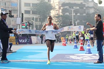 Solomon Deksisa wins the Mumbai Marathon (Organisers / Procam International)