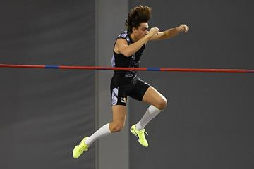 Armand Duplantis in the pole vault at the World Athletics Indoor Tour meeting in Glasgow (AFP / Getty Images)
