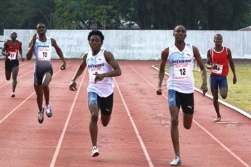Pako Seribe (12) en route to winning the 400m in Maputo (Mark Ouma)