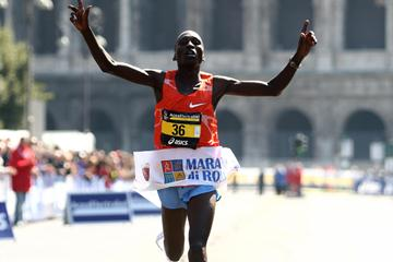 Benjamin Kiptoo sets an Italian all-comers record of 2:07:17 at the 2009 Rome Marathon (Giancarlo Colombo)