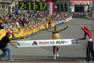 Ruggero Pertile wins the won the Sant'Antonio Marathon in Padua in 2:11:17 (loc)