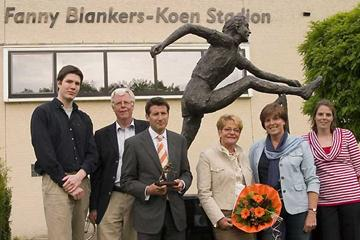 From left to right: Bart Blankers (grandson of Fanny, son of Jan Blankers the son of Fanny), Jan Blankers (son of Fanny) Seb Coe, Antoinette Ruiter (scupltor), Mieke Blankers (wife of Jan Blankers), Monique Blankers (daughter of Jan and Mieke Blankers) (Roderik Zwanenburg)