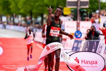 Tadu Abate winning the Hamburg Marathon (Organisers)