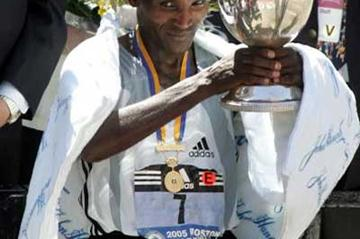 Ethiopia's Hailu Negussie triumphantly holds up the winner's trophy -  2005 Boston Marathon (Getty Images)
