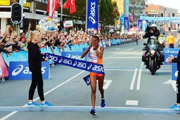 Evaline Chirchir wins the Dam tot Damloop (Eric Roeske)