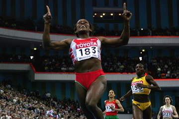 Maria Mutola wins the 2006 world indoor 800m title (Getty Images)