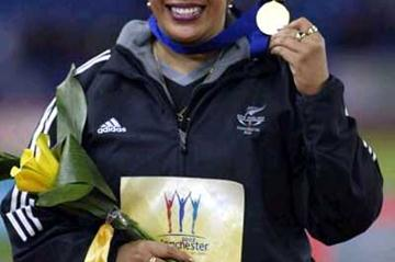Beatrice Faumuina (NZL) with 2002 Commonwealth Discus gold medal (Getty Images)