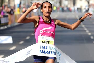 Fate Tola winning the Hannover Marathon (Victah Sailer/organisers)