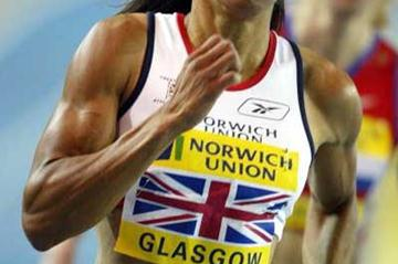 Kelly Holmes takes the 1500m win indoors in Glasgow (Getty Images)