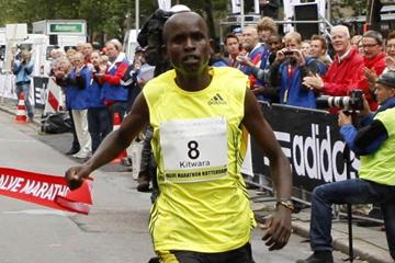 Sammy Kitwara breaks the tape in 58:58 at Rotterdam (John de Pater)