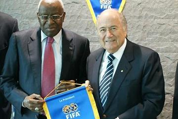 Lamine Diack, the President of the IAAF is photographed with FIFA President Joseph S. Blatter at the Home of FIFA in Zurich during his official visit (FIFA.com)
