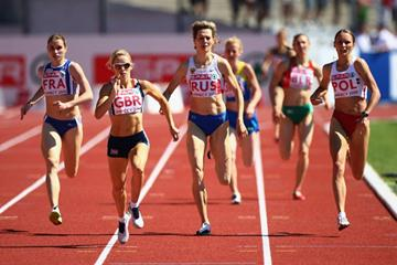 Jenny Meadows (l) en route to her 800m victory in Annecy (Getty Images)