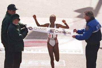 Tegla Loroupe winning the 1995 New York City Marathon (Getty Images)