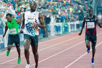Usain Bolt finishes ahead of Jaysuma Saidy Ndure in the 200m at the 2011 Oslo Diamond League (Hasse Sjogren)