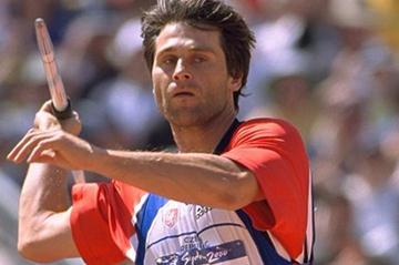 Jan Zelezy throwing for gold at the 2000 Olympics in Sydney (Getty Images)